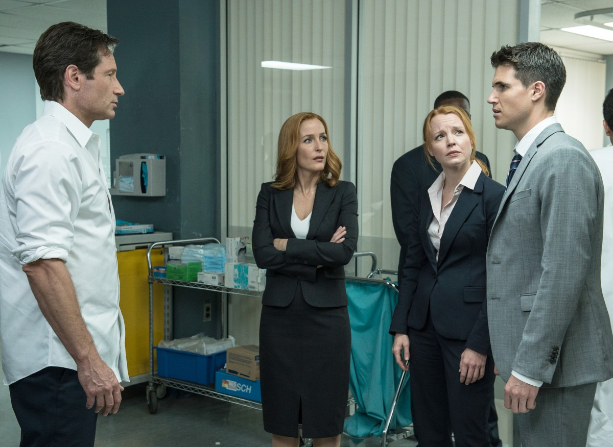 """THE X-FILES: L-R: David Duchovny, Gillian Anderson, guest star Lauren Ambrose and guest star Robbie Amell in the """"Babylon"""" episode of THE X-FILES airing Monday, Feb. 15 (8:00-9:00 PM ET/PT) on FOX. ©2016 Fox Broadcasting Co. Cr: Ed Araquel/FOX"""